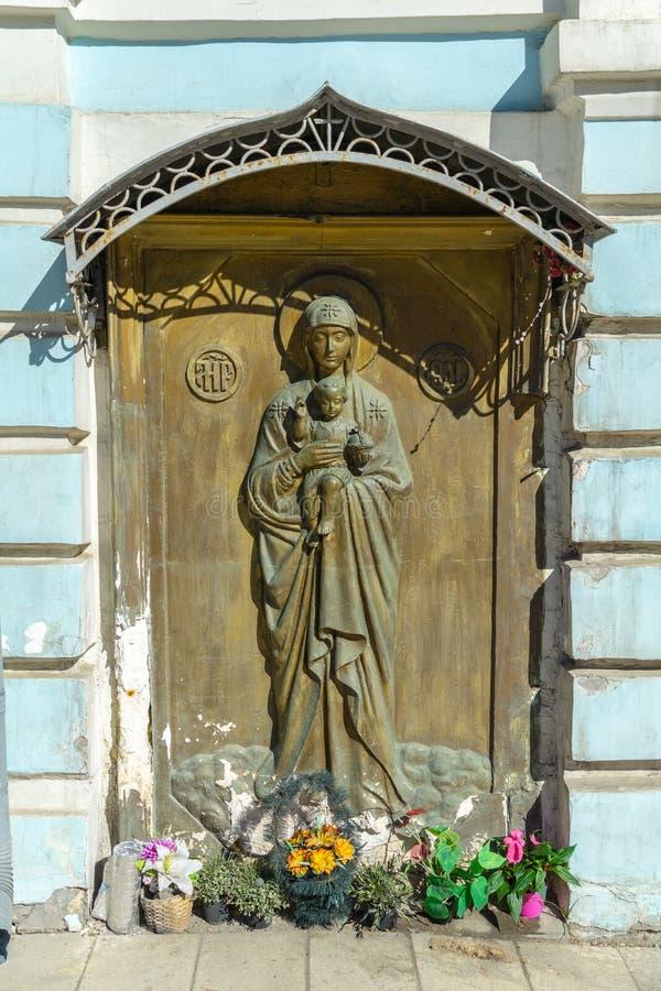 De deur van de houtsnijwerkingang van orthodoxe Kerk die Moeder Mary en de baby van Jesus voorstellen stock afbeeldingen