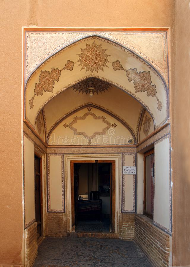De deur van khan-E Abbasian in Kashan-stad, Iran royalty-vrije stock foto