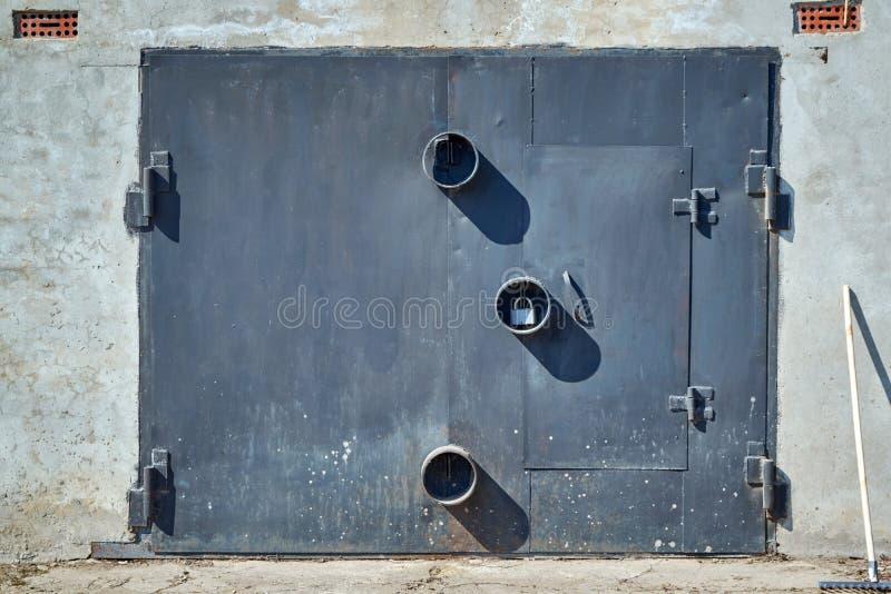 De deur van de metaalgarage met ronde bescherming voor hangsloten royalty-vrije stock afbeelding