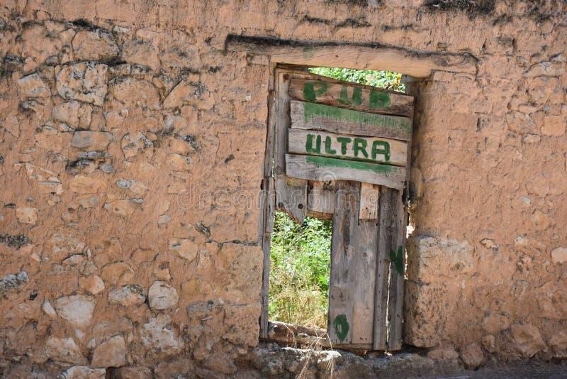 De deur van de parodiebar bij de verlaten bouw stock afbeelding