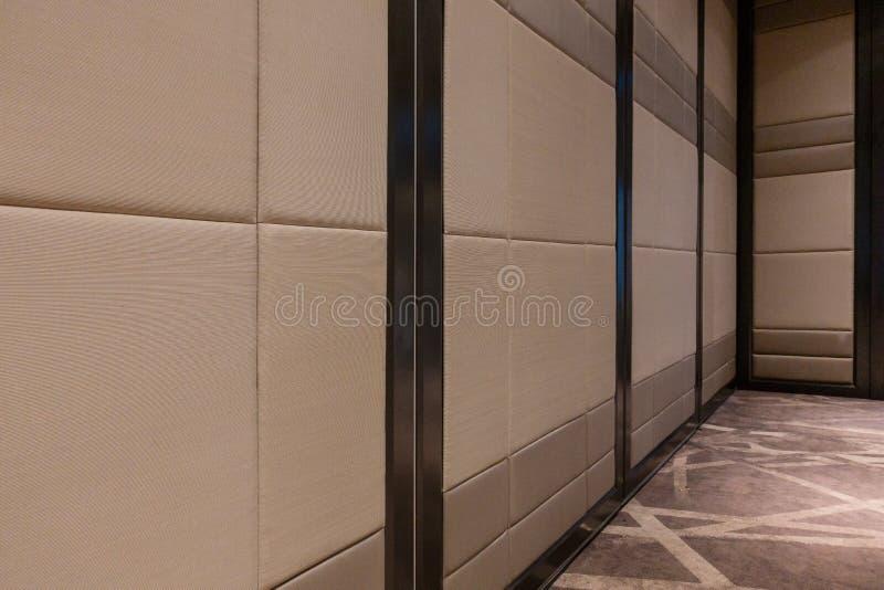 De deur van stoffenpanelen behandelde akoestische de oppervlaktetextuur van het raadspatroon in hotel Binnenlands materiaal voor  stock fotografie