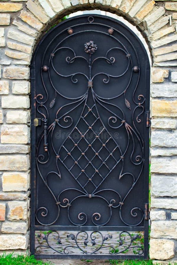 De deurdecoratie met overladen smeedijzerelementen, sluit omhoog royalty-vrije stock foto's