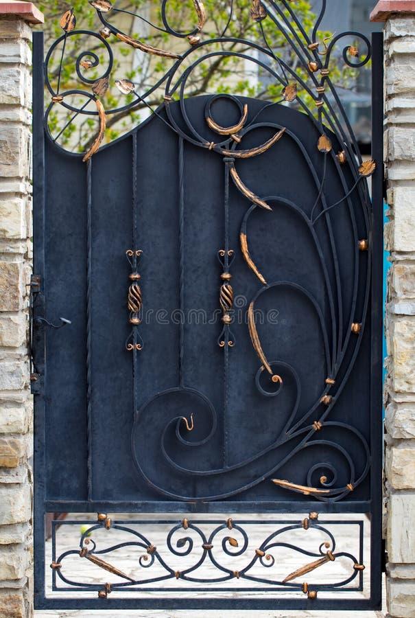 De deurdecoratie met overladen smeedijzerelementen, sluit omhoog royalty-vrije stock fotografie