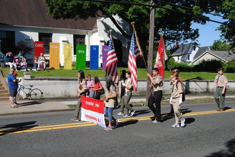 De Deuren van de god staan Open voor allen, Verkenners die in een Memorial Day -Parade, Rutherford, NJ, de V.S. lopen stock foto