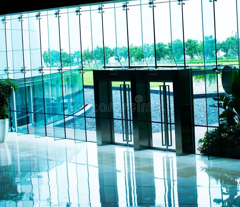 De deuren van het glas