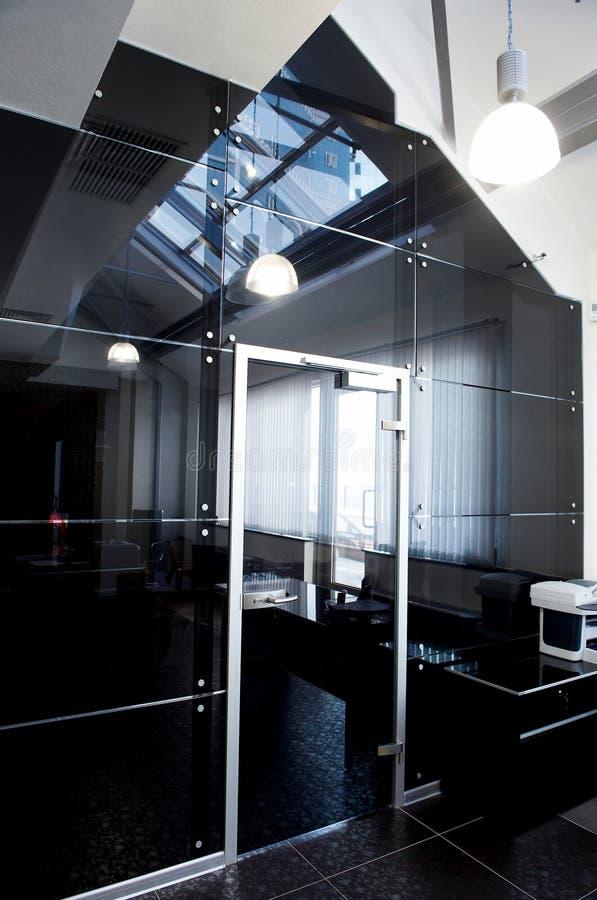De deuren van het glas in het nieuwe bureau stock foto