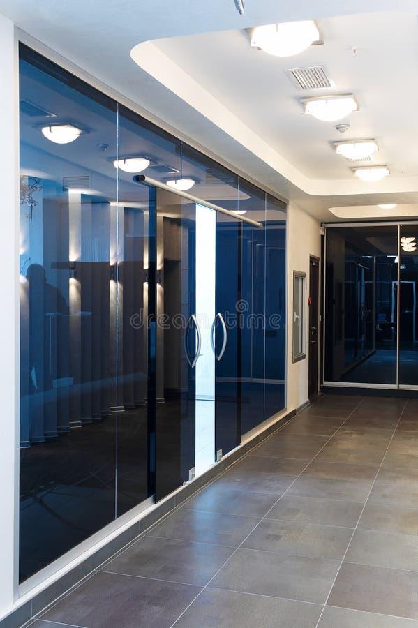De deuren van het glas in het nieuwe bureau stock afbeelding