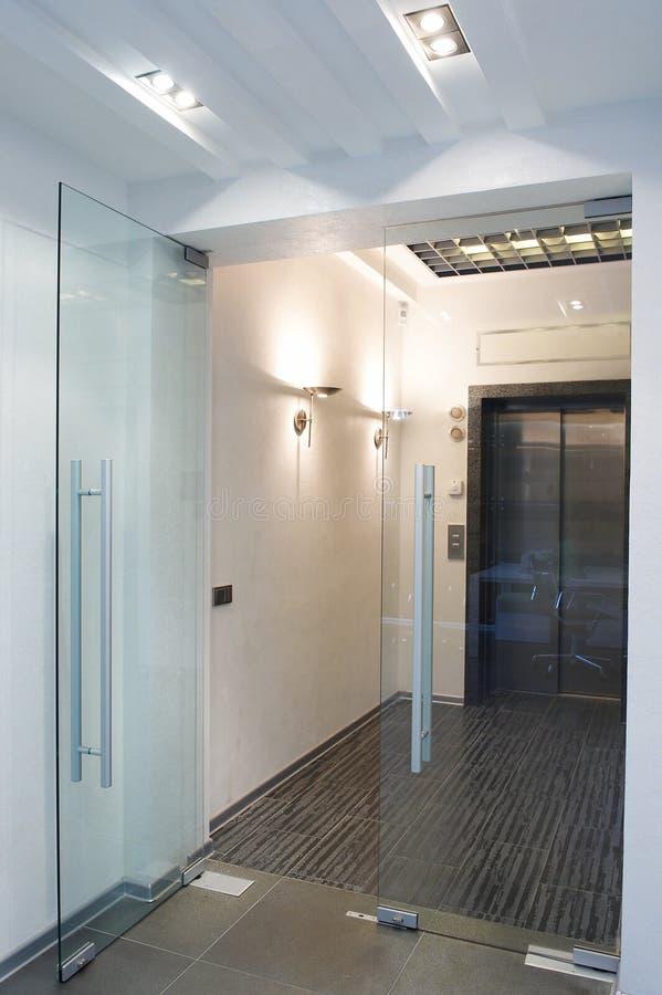 De deuren van het glas in het nieuwe bureau stock foto's