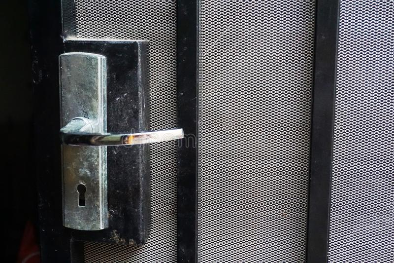 De deurhandvat van het aluminium zwart staal met klamboe stock foto's