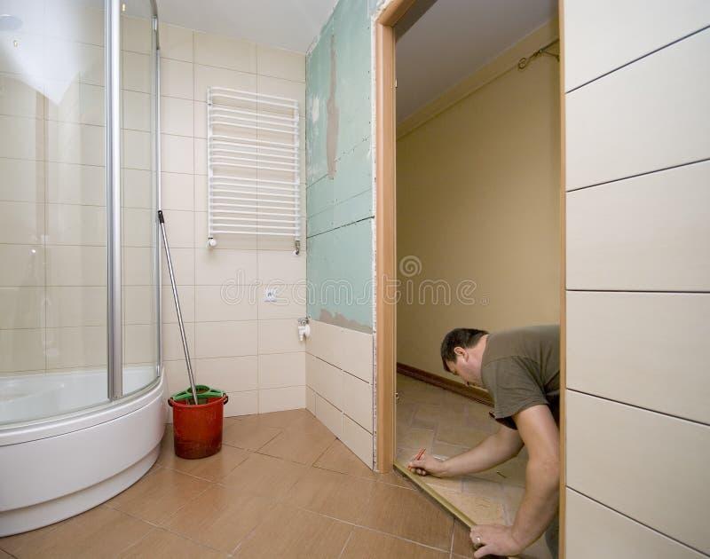 De deurvernieuwing van de badkamers stock fotografie