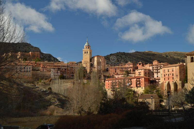28 de dezembro de 2013 Albarracin, Teruel, Aragon, Espanha Vistas da casa de campo com a catedral do salvador e suas casas de sus imagem de stock royalty free