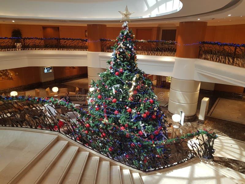 15 de dezembro de 2016, Kuala Lumpur Obra-prima da árvore de Natal na entrada do hotel fotografia de stock royalty free