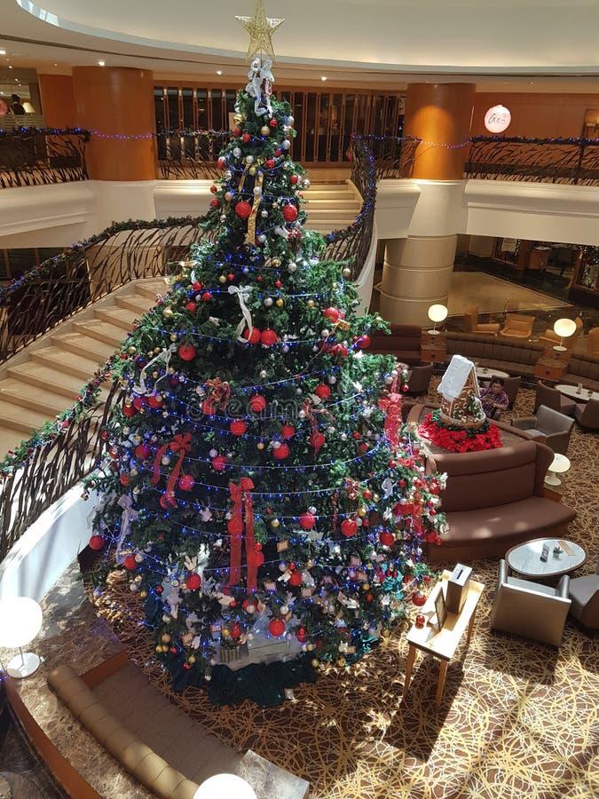15 de dezembro de 2016, Kuala Lumpur Obra-prima da árvore de Natal na entrada do hotel imagens de stock royalty free