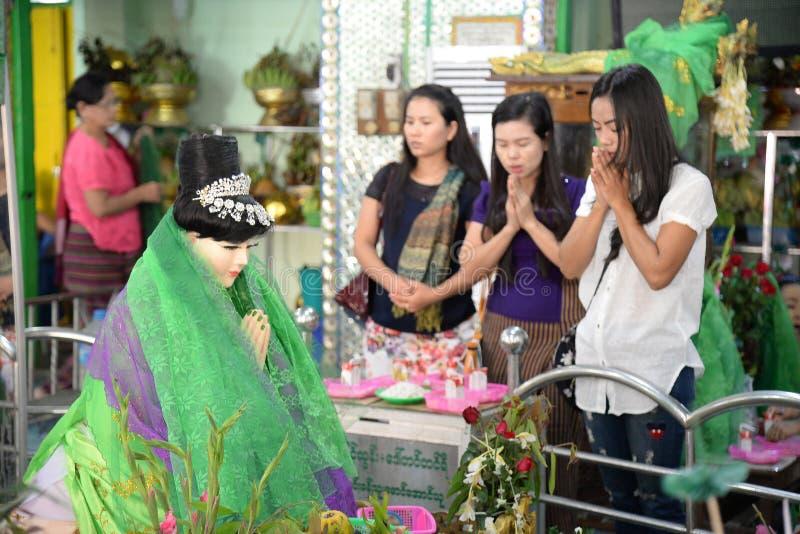 16 de dezembro de 2016 os povos de Myanmar respeitam para Amadaw Mya Nan Nwe foto de stock