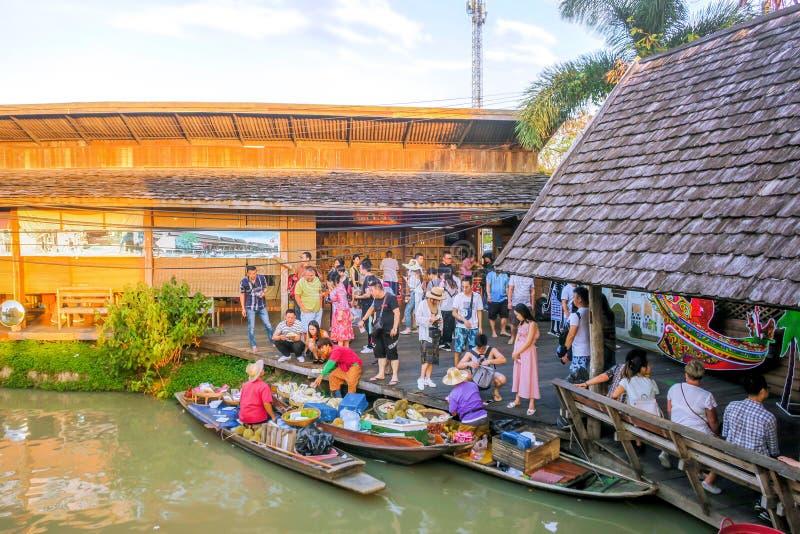 15 DE DEZEMBRO DE 2018, PATTAYA, CHONBURI, TAILÂNDIA: O turista é curso em regiões de flutuação do mercado quatro de Pattaya imagens de stock royalty free