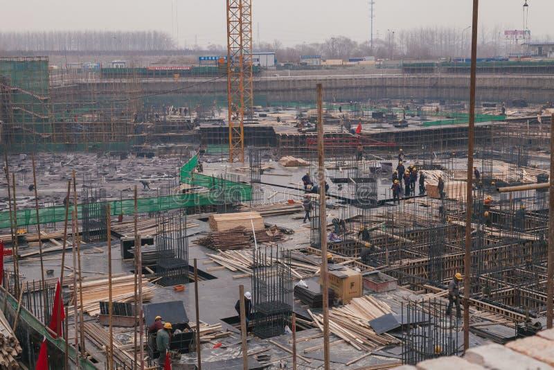 18 de dezembro de 2014 Pequim Atividade de trabalho em um canteiro de obras na cidade com guindastes e trabalhadores foto de stock royalty free