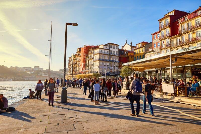 09 de dezembro de 2018 - Porto, Portugal: Terraplenagem perto do rio Doura no quarto colorido de Ribeira, o centro da cidade velh fotografia de stock