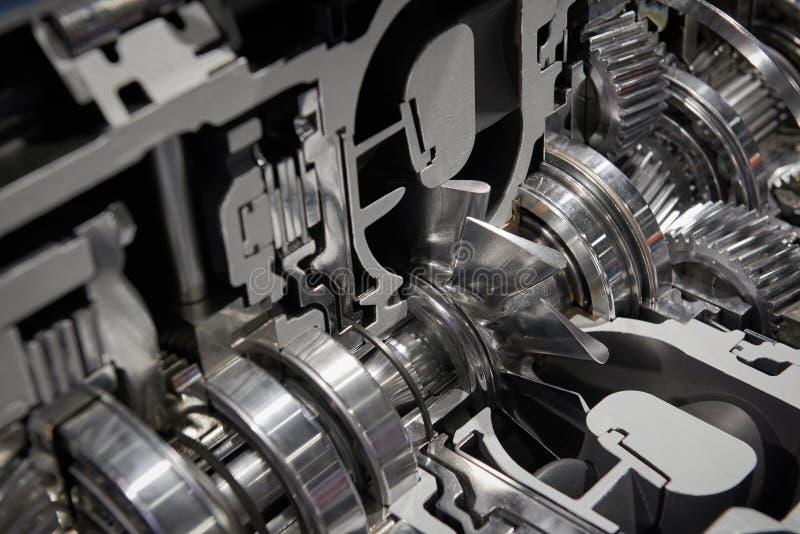 De diagonale mening over dwarsdoorsnede van commerciële vrachtwagenversnellingsbak met shaftgear rijdt lagersverbindingen en het  stock fotografie