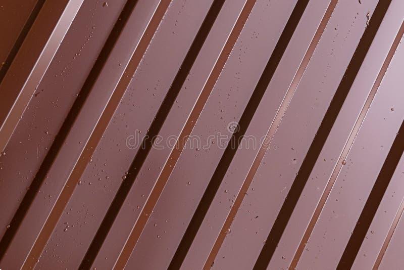 De diagonale van de het profiel bruine glanzende oppervlakte van het ribbenmetaal parallelle lijnen die met dalingen van het subs royalty-vrije illustratie