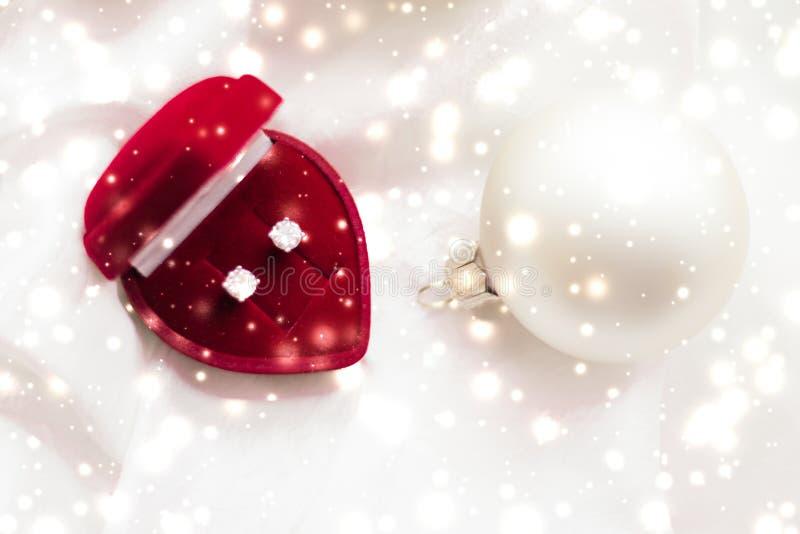 De diamantoorringen in een hart gaven de doos van de juwelengift, liefde huidig voor Kerstmis, Nieuwjarenvooravond, Valentijnskaa royalty-vrije stock foto's