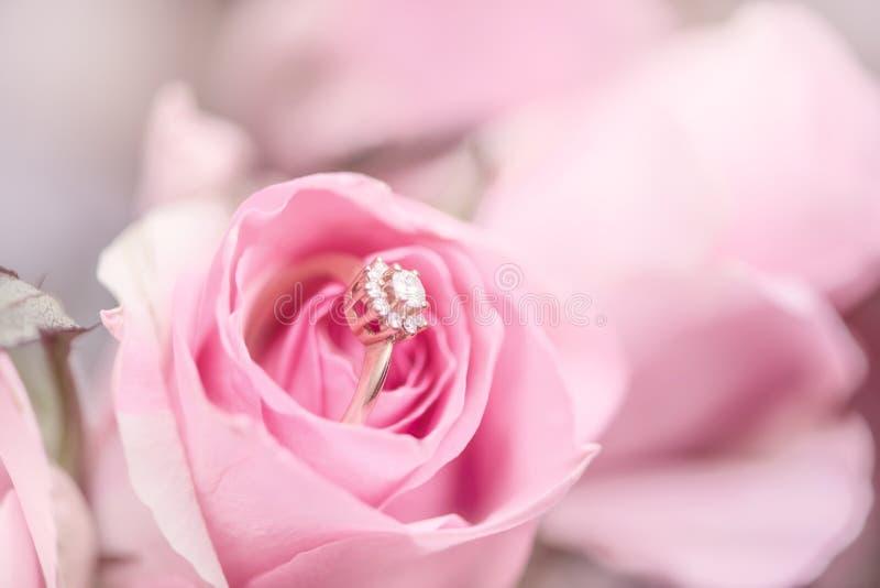 De diamantverlovingsring in roze nam toe royalty-vrije stock foto's