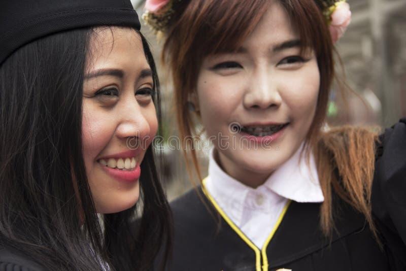 De dichte mooie Gediplomeerde glimlach van de gediplomeerdenvrouw royalty-vrije stock foto