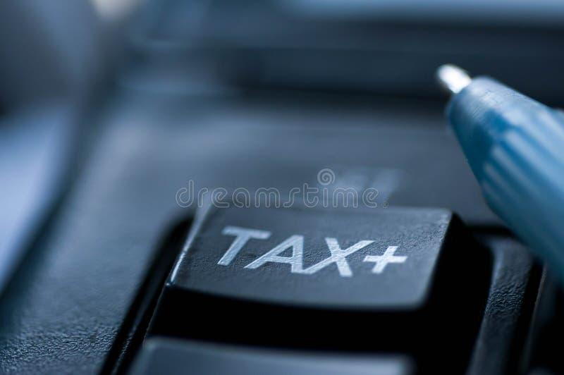 De dichte omhooggaande die macro van het belastingswoord op calculator wordt geschoten stock afbeeldingen
