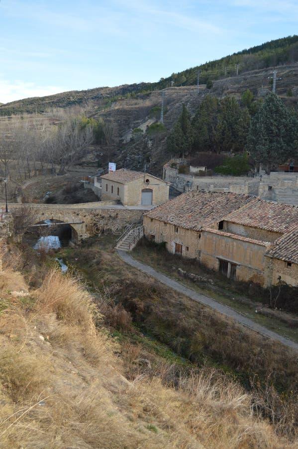 27 de diciembre de 2013 Casas pintorescas que rodean la plaza de toros preciosa en Rubielos De Mora, Teruel, Arag?n, Espa?a viaje foto de archivo libre de regalías