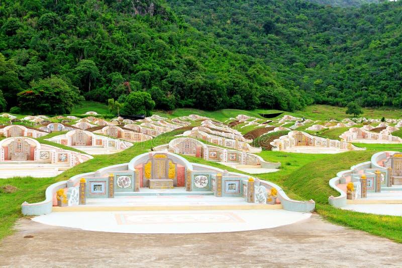 16 de diciembre de 2017: Cementerio chino para entierro de personas con plantas verdes y bosques como fondo en Kanchanaburi, Tail imagen de archivo libre de regalías