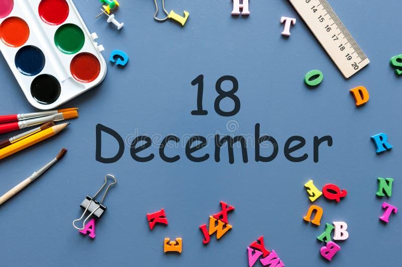18 de diciembre Día 18 de mes de diciembre Calendario en fondo del lugar de trabajo del hombre de negocios o del alumno Flor en l fotografía de archivo libre de regalías