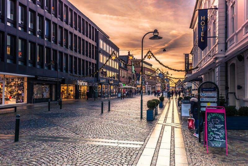 4 de diciembre de 2016: Calle principal de Roskilde, Dinamarca imagen de archivo