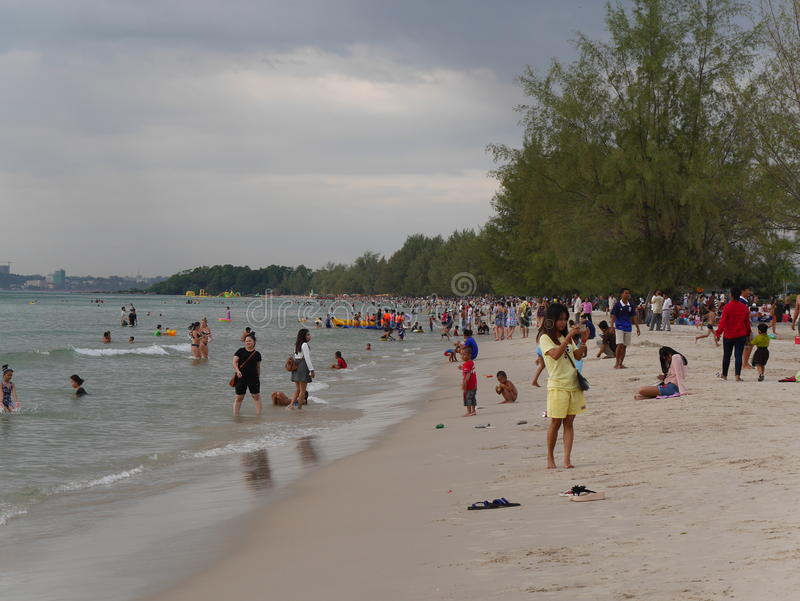 31 de diciembre de 2016 los otres varan Sihanoukville Camboya, gente camboyana en el editorial de baño y de relajación de la play imagen de archivo