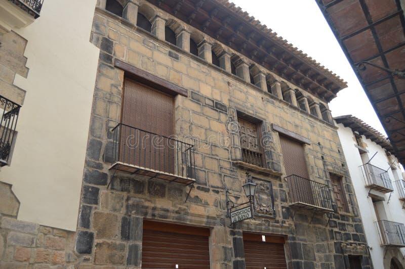 27 de diciembre de 2013 Fachada bonita de un edificio pintoresco en Rubielos De Mora, Teruel, Aragón, España Viaje, naturaleza, p fotos de archivo libres de regalías