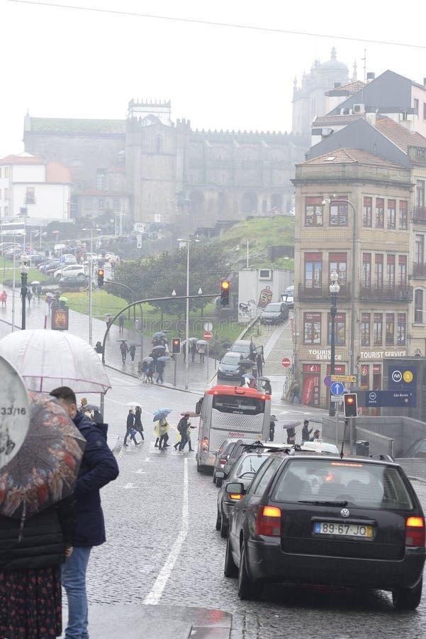 8 de diciembre de 2019, Oporto, Portugal gente caminando bajo la lluvia por las calles de Oporto fotos de archivo