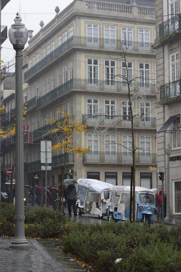 8 de diciembre de 2019, Oporto, Portugal vehículos de transporte para turistas en las calles de Oporto imagen de archivo