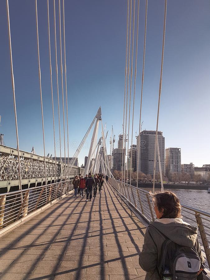 28 de diciembre de 2017, puente de Londres, de Inglaterra - de Hungerford y puentes de oro del jubileo fotos de archivo