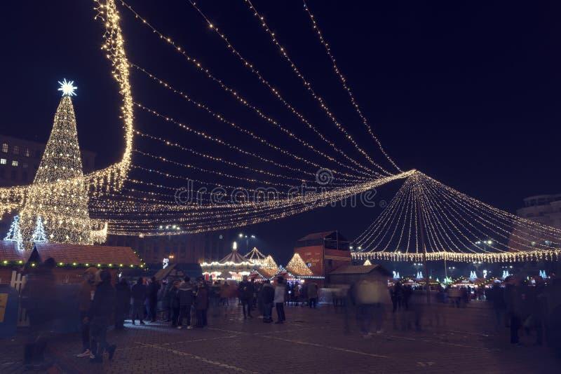 13 DE DICIEMBRE DE 2018, Rumania, árbol de navidad de Bucarest y luces ricas de la decoración en el mercado de la Navidad en imag fotos de archivo libres de regalías