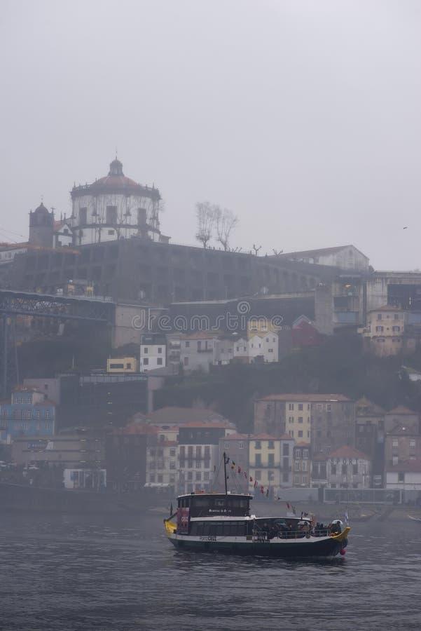 8 de diciembre de 2019 Vila Nova de Gaia - Portugal Turistas cruzan el río Duero en barco imágenes de archivo libres de regalías