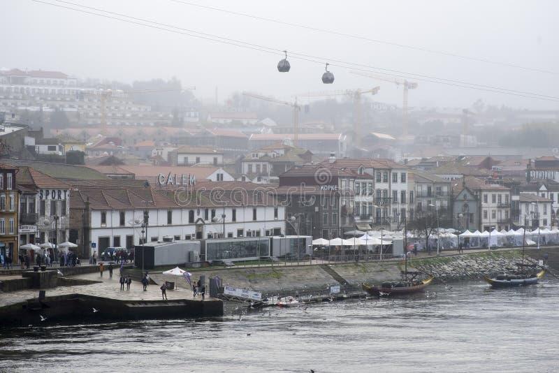 8 de diciembre de 2019 Vila Nova de Gaia turistas en Vila Nova de Gaia en el fondo entre la niebla imagenes de archivo