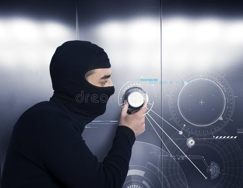 De dief probeert om een brandkast te openen stock fotografie