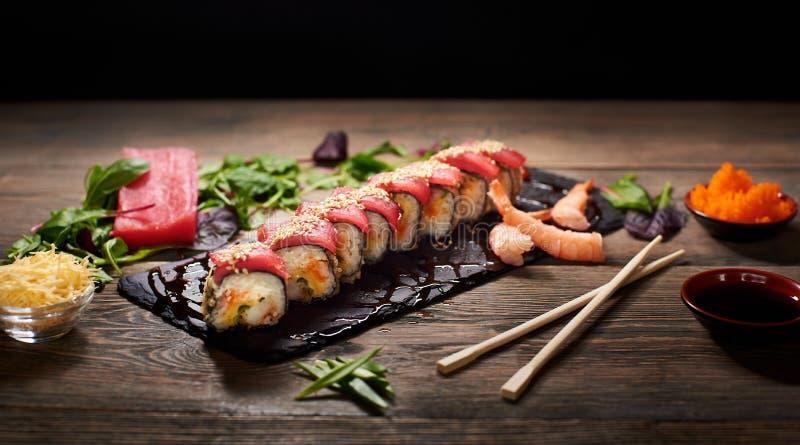 De dienende sushi rolt en ander traditioneel Japans en Aziatisch voedsel op een lijst royalty-vrije stock afbeelding