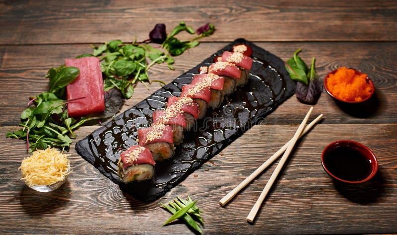 De dienende sushi rolt en ander traditioneel Japans en Aziatisch voedsel op een lijst stock afbeeldingen