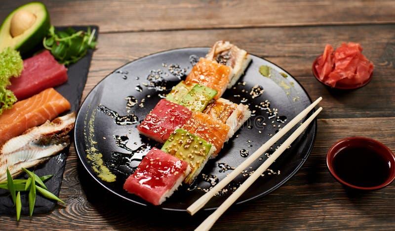 De dienende sushi rolt en ander traditioneel Japans en Aziatisch voedsel op een lijst royalty-vrije stock foto