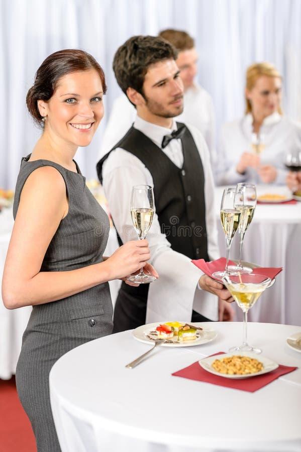 De dienst van de catering bij de aanbiedingschampagne van de bedrijfgebeurtenis royalty-vrije stock afbeeldingen