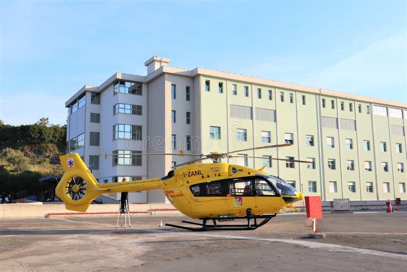 De dienst van de luchtredding De ziekenwagen van de helikopterlucht op helihaven stock fotografie