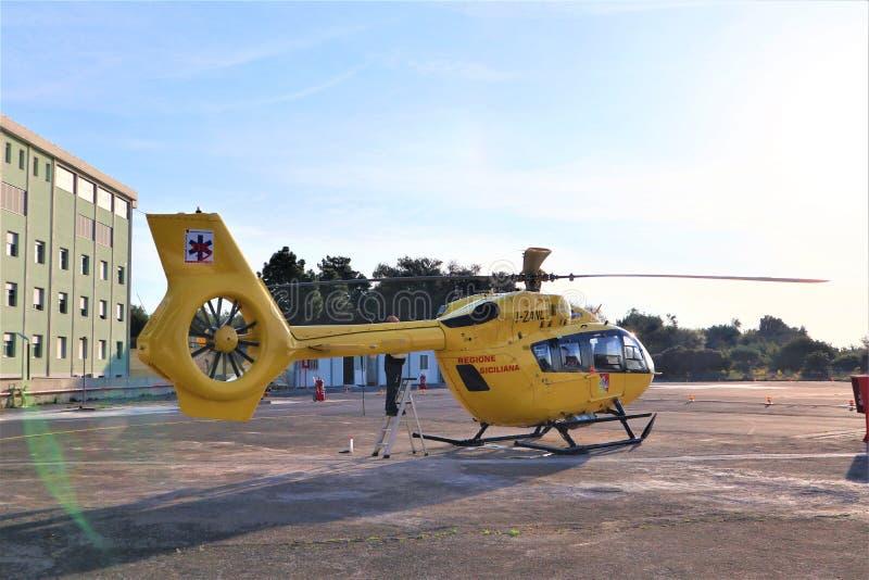 De dienst van de luchtredding De ziekenwagen van de helikopterlucht op helihaven royalty-vrije stock fotografie