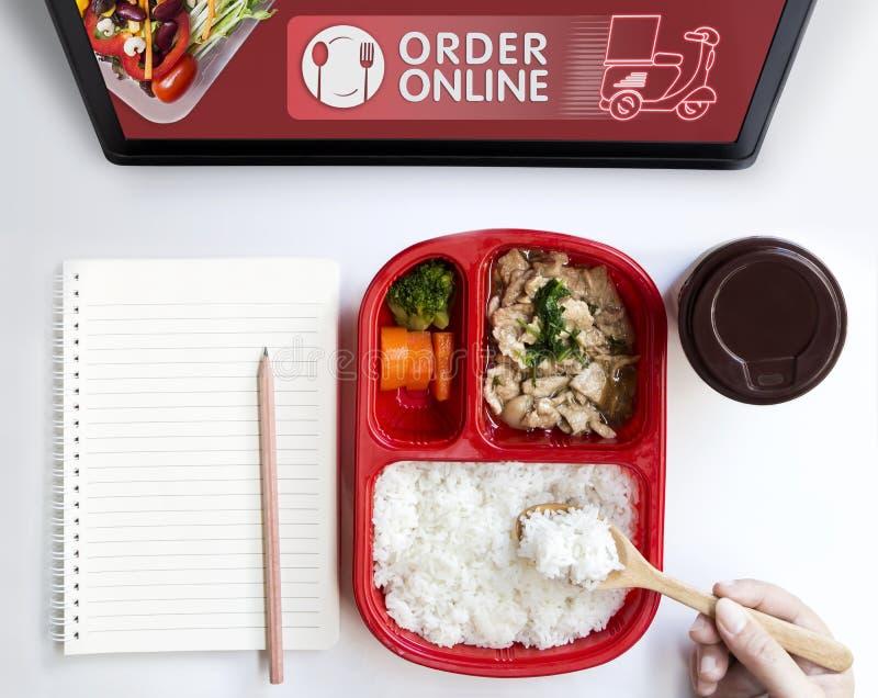 De dienst van de voedsellevering of ordevoedsel online door motorfiets thuis en pictogrammedia symbool op touch screen Zaken en t stock foto