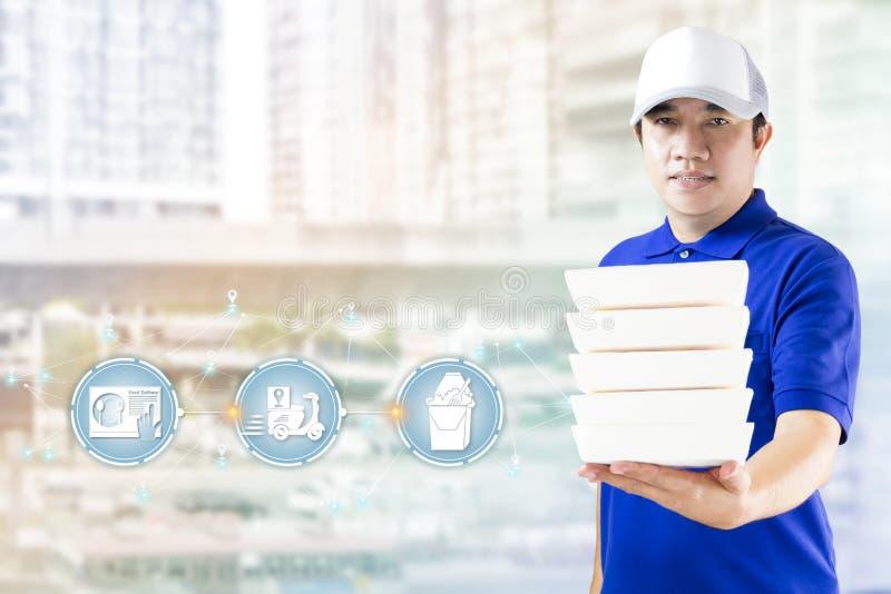 De dienst van de voedsellevering of ordevoedsel online Leveringsmens in blauwe eenvormig met hand die snel voedsel verpakkingscon vector illustratie