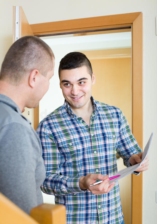 De dienstwerknemer met huurder bij deuropening royalty-vrije stock foto