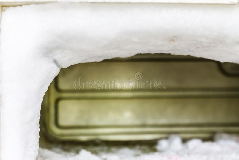 De diepvriezer van een ijskast is volledig van reusachtige gepaste hoeveelheden ijs royalty-vrije stock foto